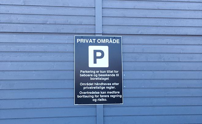 Privat område parkeringsskilt montert på vegg
